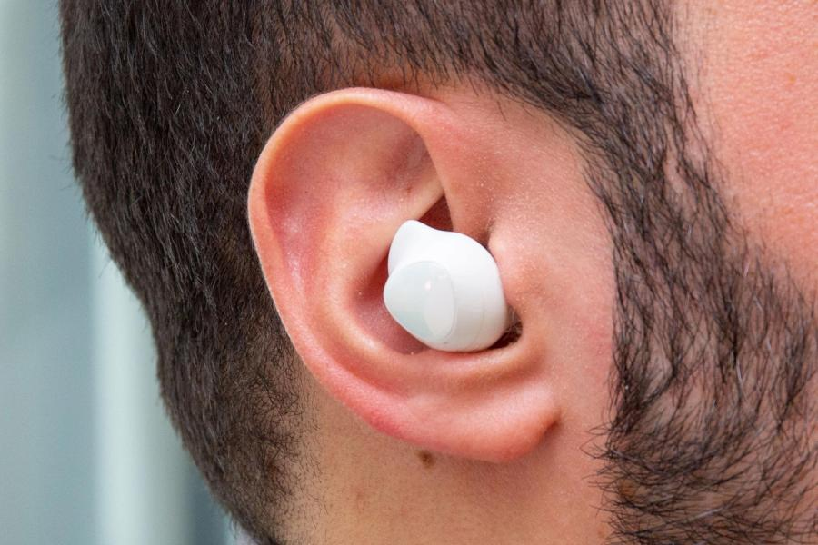 samsung galaxy buds headphones white right ear گلکسی بادز پرو سامسونگ چه تفاوتها و شباهتهایی با مدلهای پیشین گلکسی بادز دارد؟