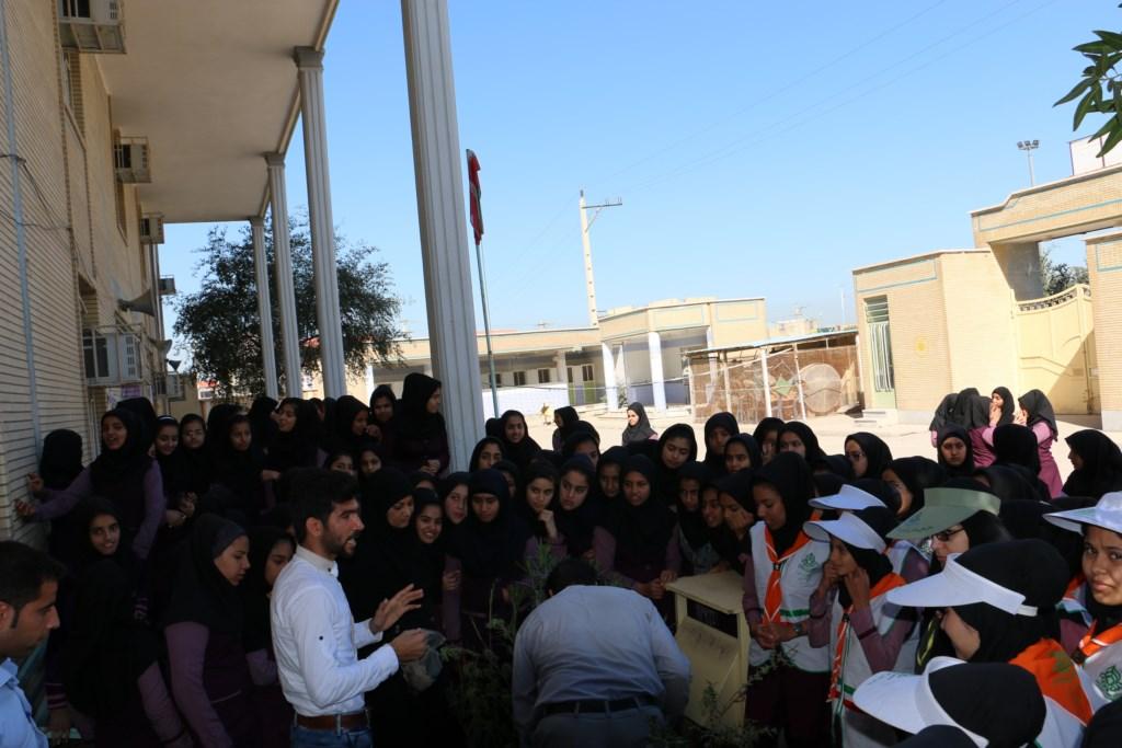 آموزش محیط زیست و منابع طبیعی در راهنمایی دخترانه عترت توسط انجمن دوستداران شهر و طبیعت شوش+ساسان ساکی