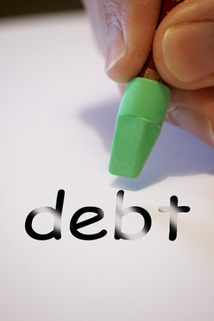 دیون و واجبات مالی متوفی از کل ماترک اعم از اموال معاف از مالیات و مشمول مالیات پرداخت می گردد